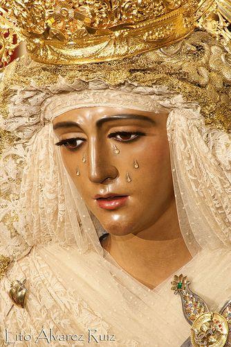 Virgen de la Esperanza de Triana de Sevilla.   Dicen en Sevilla que la Esperanza de Triana es una virgen bella pero que la Esperanza Macarena es guapa.   Son matices que los sevilanos entienden.