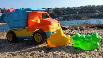 Машинки Капуки Кануки на пляже. Игрушечный грузовик. Сюрпризы. Игрушки для песка http://video-kid.com/10309-mashinki-kapuki-kanuki-na-pljazhe-igrushechnyi-gruzovik-syurprizy-igrushki-dlja-peska.html  Видео для детей на пляже. Сегодня к Маше приезжает игрушечный грузовик. В его кузове сюрпризы: разноцветные свертки, в каждом из которых какой-то подарок. Давайте распакуем сюрпризы вместе! В каждом из них - игрушка для пляжа! Формочка для песка, совочек, формочка для строительства песочного…