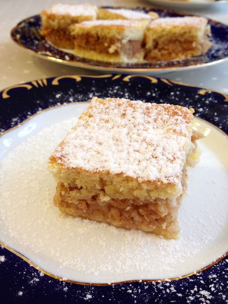 Hungarian apple cake (Almás pite) is a true Hungarian classic, quite popular in the country. A delicious pie filled with sweetened shredded apple spiced with cinnamon and lemon. Recipe Ingredients for 4 people: For the dough: 300 grams (2.5 cups) of