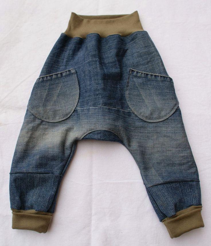 """Der Schnitt der Hose heißt """"Crawl and Roll"""" und ist aus der Ottobre 4/2012.   Ich habe sie in Größe 86 genäht und dazu eine alte Erwachsen..."""