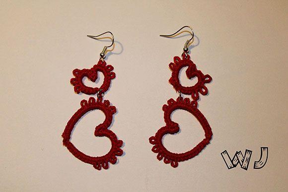 Orecchini a forma di cuore realizzati a mano con l'uncinetto chiacchierino. Handmade crochet heart earrings.
