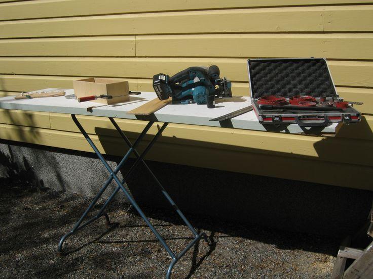 Työpöytä  tai kirppispöytä. Pöytänä vanha ovi ja jalkoina vanhan silityslaudan jalat.