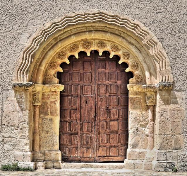 Portada románica con arcos polilobulados - Iglesia de la Natividad, Sotillo, provincia de Segovia