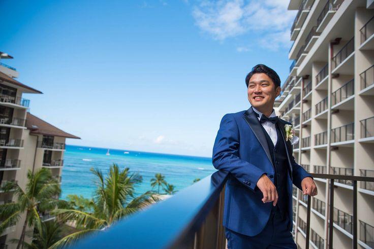 爽やかなブルーのタキシードがとても映えて素敵です。 挙式後は釦替え、拝絹をお取り外ししスーツとしてご使用頂けます。