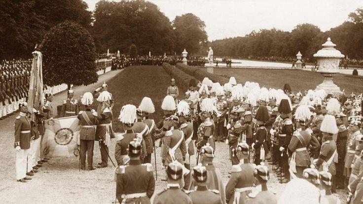 Il Re di Baviera Ludwig III mentre mette delle decorazioni alle bandiere bavaresi durante una manifestazione