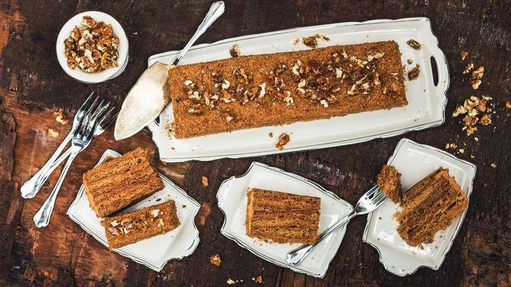 Medovník dneska sice dostanete i ve větším supermarketu, ale když rodině předložíte vlastnoručně upečený dort, ocení ho určitě víc. A na přípravě jeho domácí verze přitom není nic složitého.