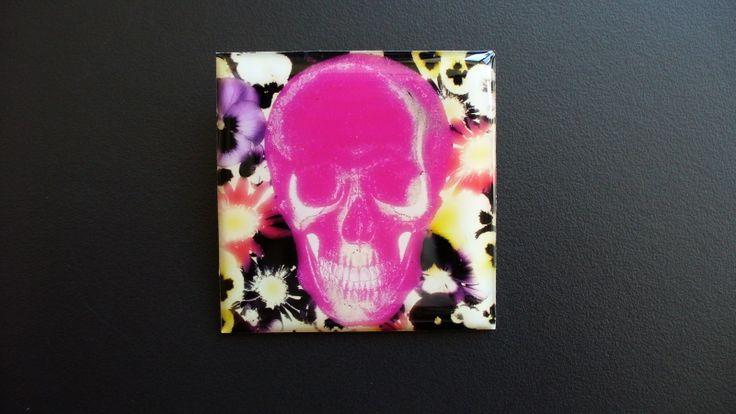 Postmortal růžová (brož) Vlastní grafický design by popsofistia je na aluminiovém lůžku zalitý křišťálovou pryskyřicí. Zapínání na brožový můstek Velikost 4cmx4cm
