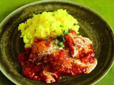 高山 なおみさんの「チキンのパプリカトマト煮」のレシピページです。鶏肉をパプリカで煮込んだハンガリー料理、「パプリカチキン」。より親しみのある味にしたくて、トマトソースを加えてみました。黄色いご飯とのコントラストが華やかですよ。 材料: 鶏もも肉、にんにく、たまねぎ、パプリカ、白ワイン、固形スープのもと、トマトソース、ローリエ、生クリーム、パセリ、黄色いご飯、塩、黒こしょう、オリーブ油、バター、トマトソース、黄色いご飯