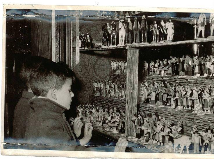 Unos ni os miran las figuras del bel n en un puesto - Muebles molina granada ...