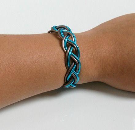 Un bracelet simple et classe tressé en fil aluminium de 2 mm d'épaisseur. Une touche colorée qui convient parfaitement en été pour aller à la plage par exemple ! Vous pouvez - 18771153