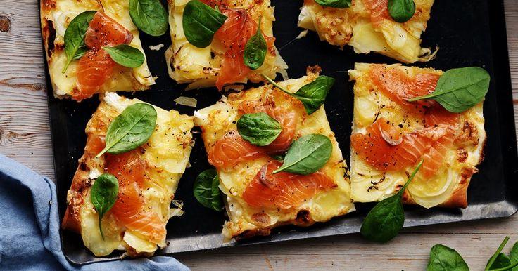 Svenska smaker som lök, lax och potatis på pizzan blir uppskattad vardagslyx. Lägg på laxen precis före servering.