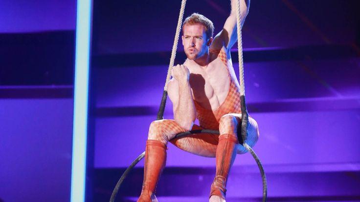 """Daniel Sullivan verbindet bei """"Das Supertalent"""" 2015 Artistik perfekt mit Comedy und bringt mit seiner Luftring-Performance die Jury zum Lachen."""