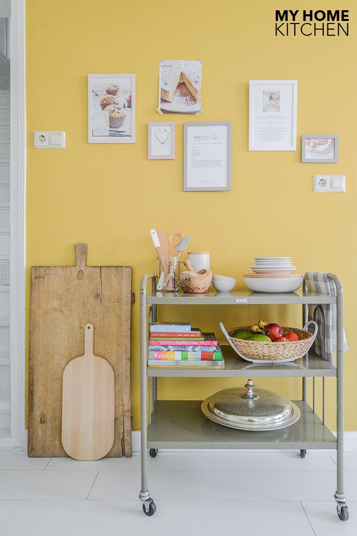 Stylingtip voor de keuken : Een receptenwand op een okergele muur | Binti Home blog : Interieurinspiratie, woonideeën en stylingtips