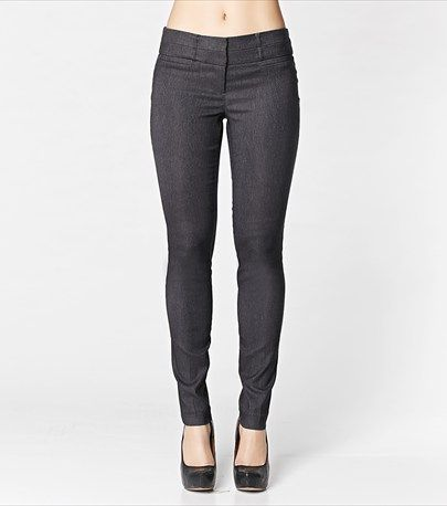 Tailored with a regular rise and a skinny fit, these skinny pants are a must-have for the office!