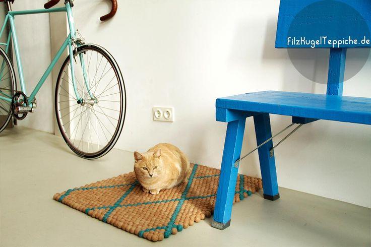 Er weisst, wo man am besten ruhen kann. Der neuste Teppich mit Mustern kann auf www.sukhi.de bestellt werden. Such nach: FilzKugelTeppiche mit Muster