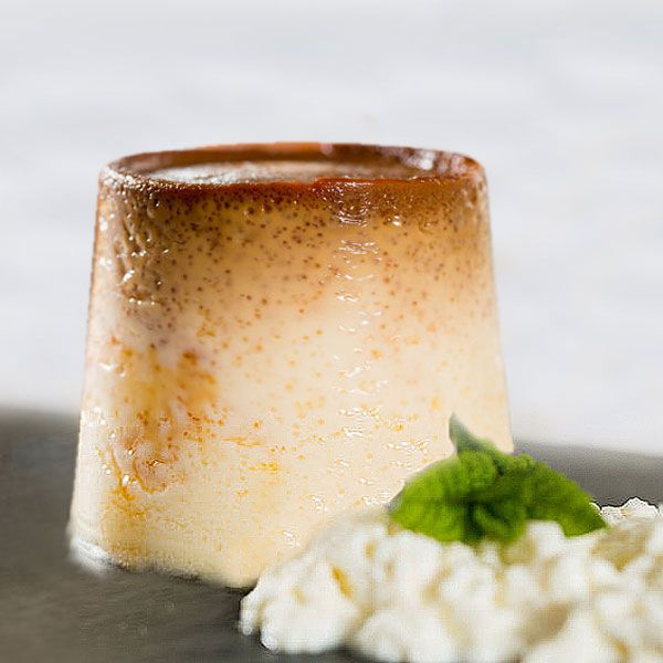 Este flan de requesón tiene un textura suave y consistente, cuaja muy bien y lo puedes preparar tanto con requesón fresco como con queso crema de untar.