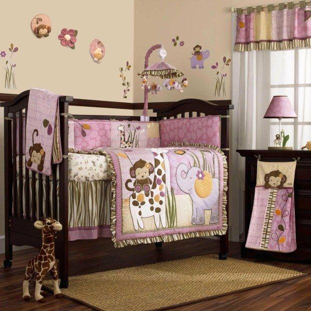 berceau et mobilier bois accents couleurs roses
