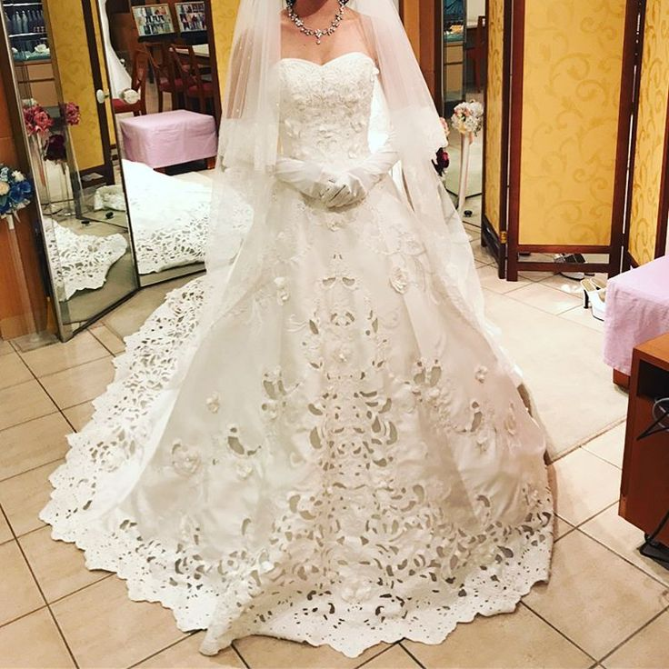 1回目のドレス試着。 定額でドレス何回も着れるからドレス着放題プランにしたけど、良いなあと思ってたtakamiとかthehanyのドレスないなら辞めようか悩むなあ。安く抑えたいしなあ。  #プレ花嫁 #日本中のプレ花嫁さんと繋がりたい #ロイヤルホールヨコハマ #weddingdress #ステンドグラス #ドレス試着レポ #七夕婚 http://gelinshop.com/ipost/1517039769027382152/?code=BUNm6HfBIuI