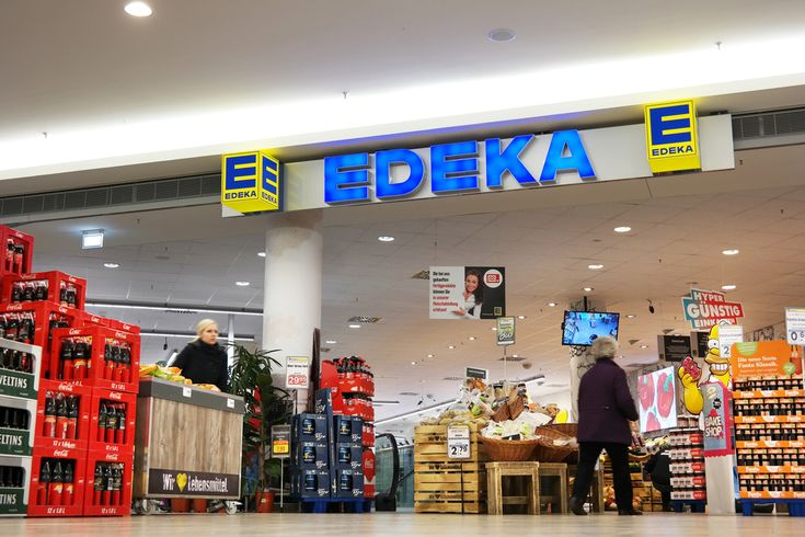 The 30 largest German supermarket groups managed a 2.5 % turnover increase in 2015 (243.99 billion euro). Edeka is still number one, but Aldi (+ 1.5 % in 2015) jumps from 5th to 4th, surpassing Metro.
