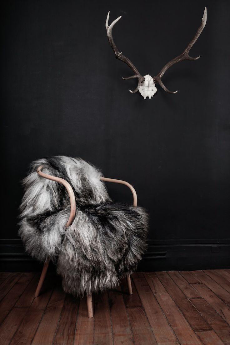 On a beau s'enthousiasmer pour les burgers veggies, on n'est pas à un écoparadoxe près. On surlove ces peaux de bêtes à poser au pied de la cheminée ou sur un fauteuil (griffé tant qu'à faire). Signées Jippi design, ces peaux de mouton ou de renne naturelles, proviennent de Norvège et ajoutent un accent viking à nos intérieurs. C'est la touche finale d'une déco scandinave. //Photographie:Jippi design