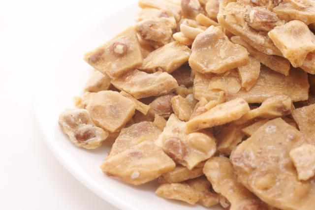 Here's how to make a simple vegan peanut brittle in the microwave using peanuts, sugar, corn syrup and a little vegan margarine.
