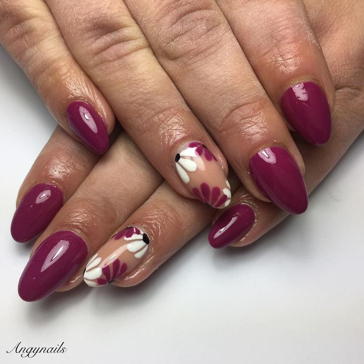 Semplici e floreali aspettando la primavera! #nails #nail #fashion #style #fucsia #cute #beauty #beautiful #pretty #girl #girls #stylish #ongles #styles #onglesengel #nailart #art #flower #photooftheday #ricostruzioneunghie #unhas #almondnails #white #black #purple #nailporn #nailpolish #nailswag #flower #flowernails