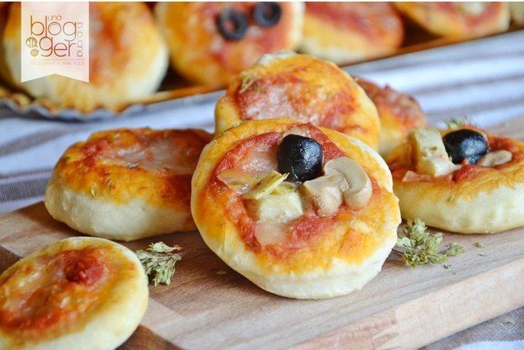 Pizzette da buffet, con pomodoro, olive, funghi, carciofini, prosciutto, mozzarella, ideali per feste, compleanni, buffet, bambini.