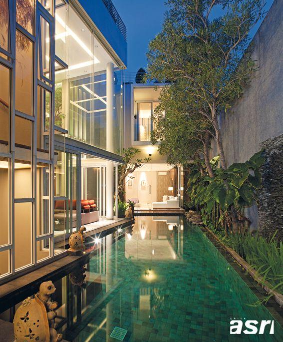 Kolam renang ala resor merupakan point of interest ruang-ruang sekelilingnya berkat penggunaan dinding transparan.