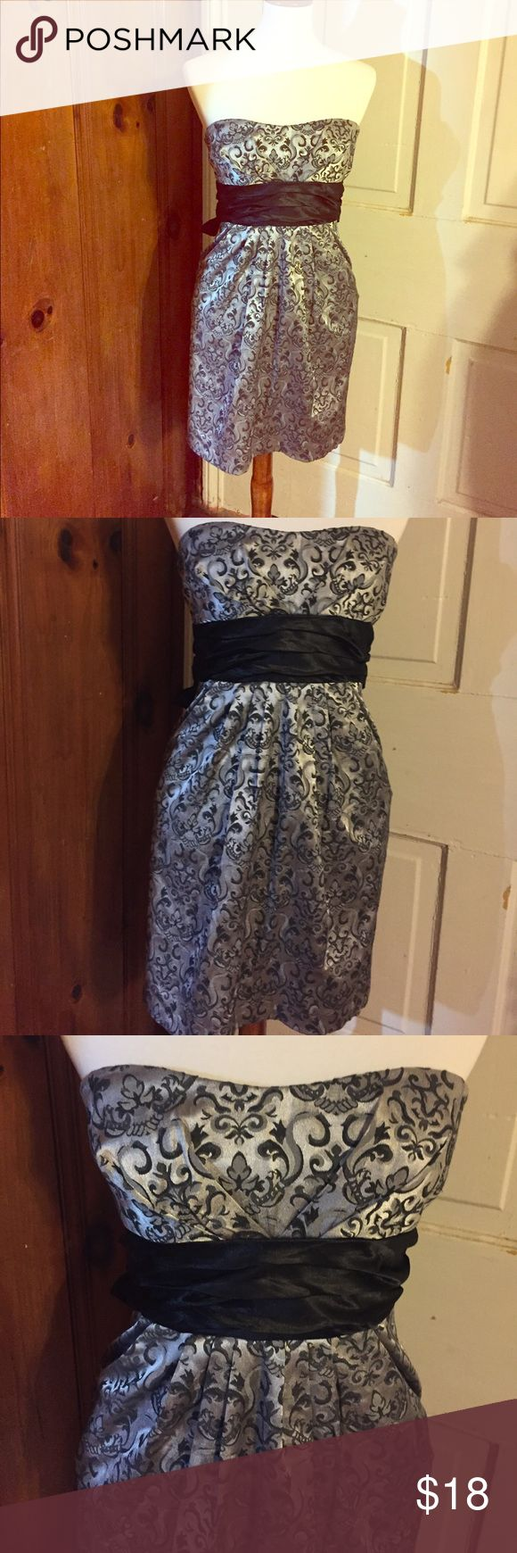 Gorgeous Homecoming Dress! Juniors size 7 Perfect little dress for homecoming dances, parades, etc. or just for a fancy date night. This speechless dress is juniors size 7 (would be misses size 4 or possibly 6) Strapless with a beautiful black back tie. Complimentary shades of gray and black will make your evening special. Speechless Dresses Prom