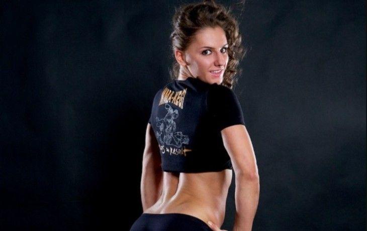 На днях стало известно, что российская девушка боец MMA Александра Албу выступит на турнире UFC 214, который пройдет в Анахайме 30 июля. Ее соперницей станет американка Кейлин Керран. Источник: http://kareliyanews.ru/devushka-dnya-aleksandra-albu-krasotka-kotoroj-luchshe-ne-xamit/ ©Карельские Вести
