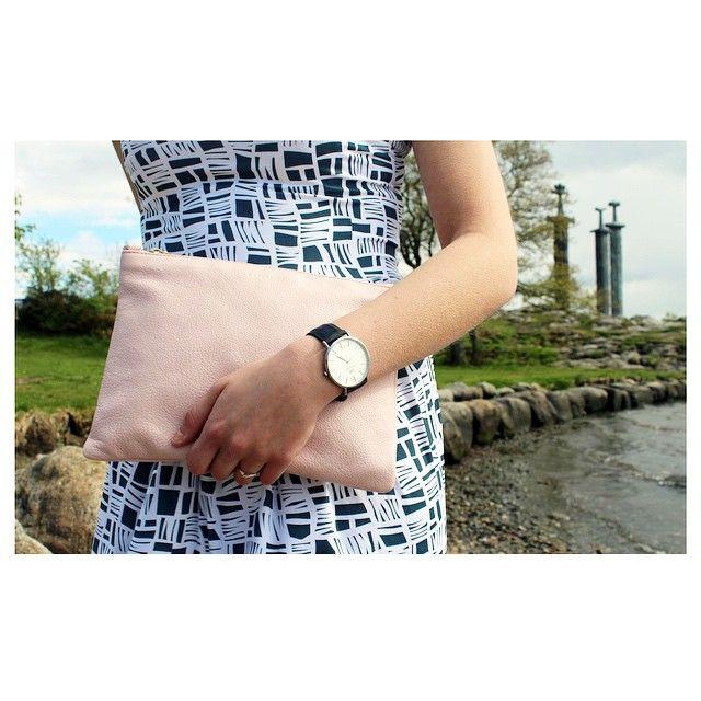Details😍 Kjolen fra @elisegug finner du på @maxpeter_madla, @katharinabutikken har vesken fra #coccinelle og @danielwellingtonwatches finner du hos #gullsmedthingbø 😁🎉❤ #fashion #details ️#shopping #inlove #tresverd #hafrsfjord #threeswords #norway #amfimadla #byas #loveit #madlalove #danielwellington #wellingtonwatches #elisegug #coccinelle