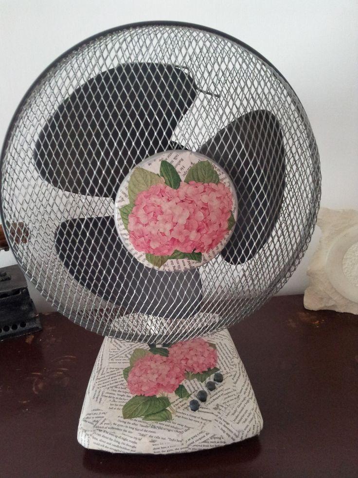 Un ventilatore economico da tavolo diventa un pezzo unico con le pagine di un vecchio libro e la busta di un'erboristeria.
