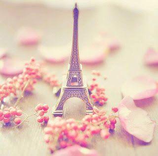 Paris est également connue comme la ville de l'amour. (Parijs staat ook wel bekend als de stad van de liefde).