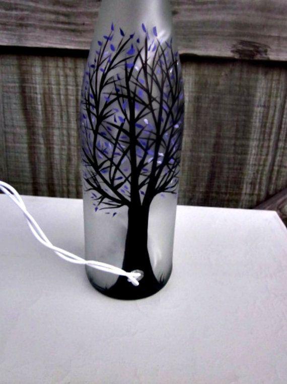 Bouteille de vin lumière de nuit peint à la main par GlassGaloreGal