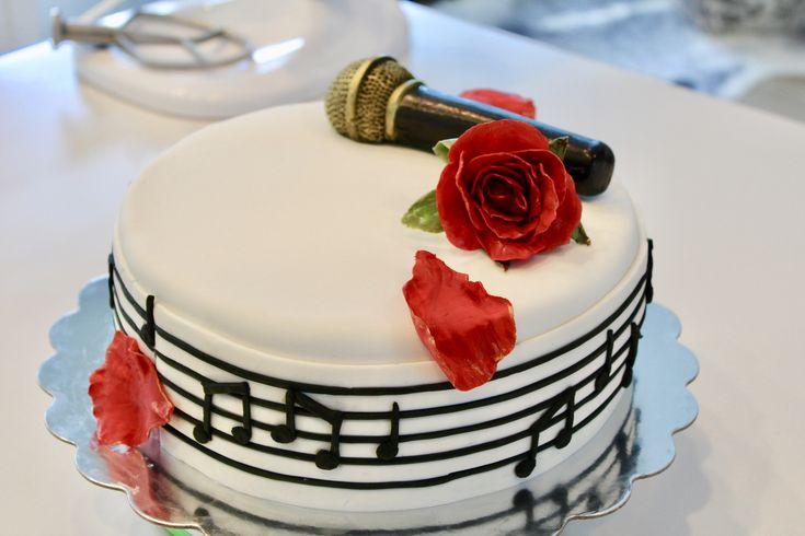 We had so much fun creating this musically inspired birthday cake. The 'icing' on the cake was that it 'hit the right note' with the birthday girl :-)  #bakery #cakedecorating #chocolatecake #chocolate #birthdaycake #creativecakes #baking #bakeshop #southsurrey #WhiteRock #comingsoon #party #celebrate #celebrationcake #specialtycakes #indulge #treatyoself