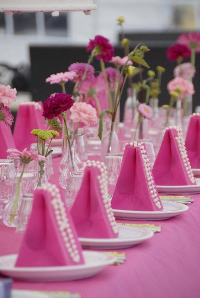 Hippe fel roze tafeldecoratie op een bruiloft