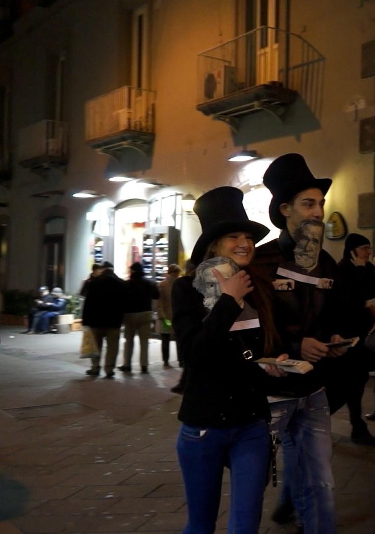 """""""Mille"""" #Verdi nelle strade di #Napoli - Tube, sciarpe bianche e maschere di carta: i nostri ragazzi in giro per il centro cittadino per ricordare l'appuntamento con le celebrazioni del Bicentenario della nascita di Giuseppe Verdi. In scena dal 24 febbraio al 3 marzo la """"Messa da Requiem"""" diretta da Nicola Luisotti"""