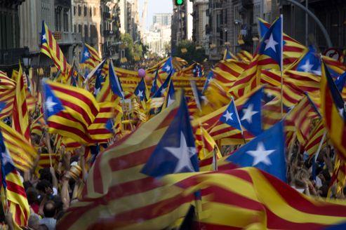 Le Figaro: Catalogne: marée humaine pour l'indépendance. Sur la place de Catalogne, dans le centre de Barcelone pavoisé de drapeaux catalans, une immense banderole en anglais donne le ton: «Catalogne, prochain État indépendant en Europe». Drapés dans des bannières indépendantistes ou bonnets rouges catalans vissés sur la tête, près d'un million et demi de manifestants ont défilé mardi soir dans les rues de Barcelone, à l'occasion du Jour de la Catalogne et à l'appel des indépendantistes.