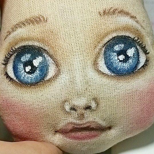 Доброе субботнее утро! Рисую.  Правда,лицо не такое,как было задуманно изначально, но все же милое. А задумка у меня омолодить, омалышить () куколок. Вот смотрю на Дашу и хочу передать на ткань ее младенческую прелесть.  И вроде копирую, а нет. Взрослое лицо.  Но я ж козерог!  Упертая до немогу! Хочу Дашу,значит будет Даша! Р.S. девочки -художницы, поделитесь советами  #лицокуклынаташи