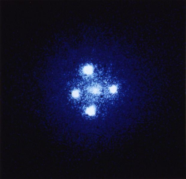 La Croce di Einstein, un effetto predetto dalla Relatività Generale. I quattro punti luminosi sono in realtà lo stesso oggetto: un Quasar distante 8 miliardi di anni luce, la cui luce viene deflessa dalla presenza di una galassia, distante 400 milioni di anni luce.