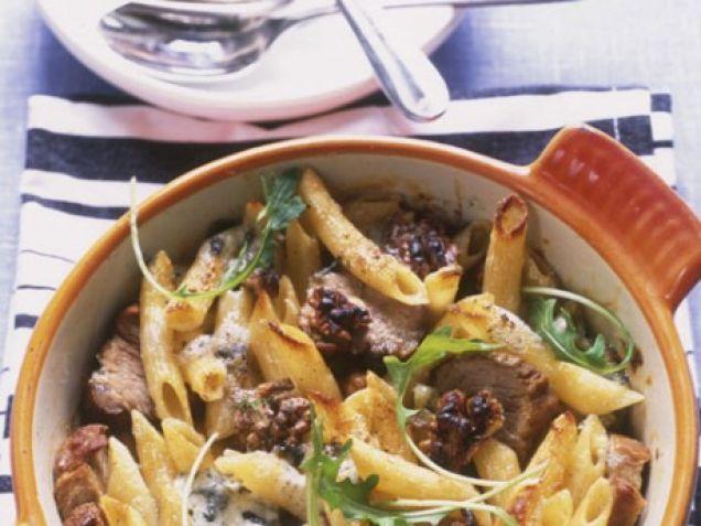 Penne- och fläskfilégratäng i krämig ädelostsås. Ädelosten i den krämiga fläskfilegratängen kan bytas ut mot gorgonzola.