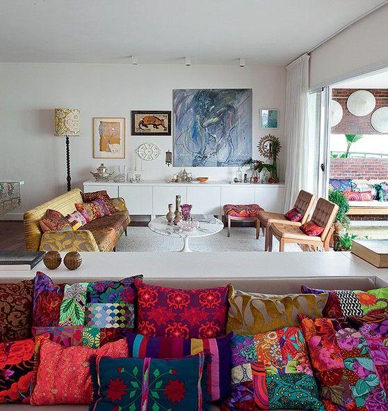 A varanda é praticamente uma extensão da sala da designer Ana Morelli. Assim, toda a luz natural pode entrar na casa. Projeto da designer de interiores Maristela Gorayeb
