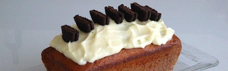 <p>Ingredienti+per+una+tortiera+per+cake+di+20+cm+2+uova+130+g+di+zucchero+180+g+di+farina+75+ml+di+olio+di+semi+1+vasetto+di+yogurt+da+150g+1+cucchiaino+di+pasta+di+vaniglia+1+cucchiaino+di+lievito+20+biscotti+oreo+Per+la+glassa+150+g+di+…</p>