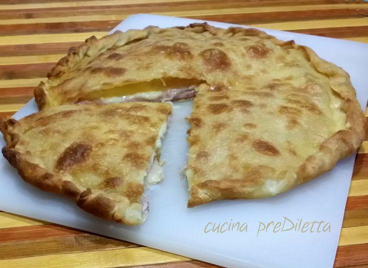 La focaccia con prosciutto e mozzarella è un' alternativa alla solita pizza. Questa focaccia è molto semplice, condita con pochi ingredienti, ma il sapore..