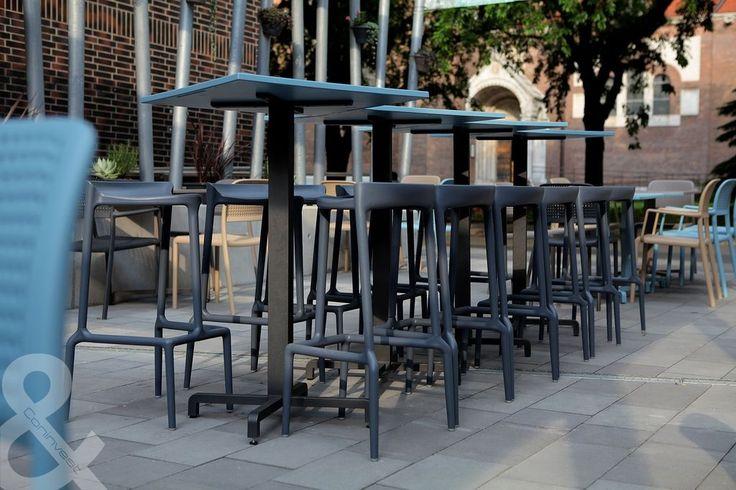 A szegedi Vitrin teraszon már a Coninvest székei és bárszékei díszelegnek. / The Vitrin terrace in Szeged is embellished by the chairs and bar chairs from Coninvest.