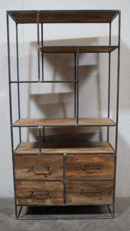 stoere hoge brede metalen kast met 4 lades industrieel oude houten kast landelijk robuust boekenkast schap rek grof stoer hout