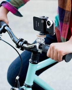 E não é que agora andar de bicicleta pode ser ainda mais divertido? Existe no mercado um tripé, que acopla a maioria dos smartphones, para colocar junto ao guidão e sair por aí fotografando...