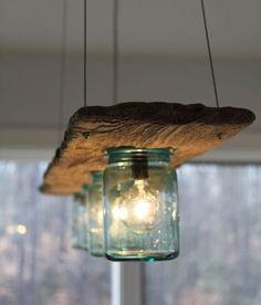 Faça você mesmo: esta luminária é perfeita para colocar sobre a mesa ou bancada, feita apenas com um pedaço de madeira e potinhos de vidro. Da aqui.