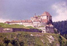 Fort de Joux. La citadelle domine la cluse de Pontarlier, passage étroit entre 2 montagnes sur la route Besançon-Lausanne. Occupé au moins depuis le début du 11°s, le site ne fut abandonné par les militaires qu'en 1940.