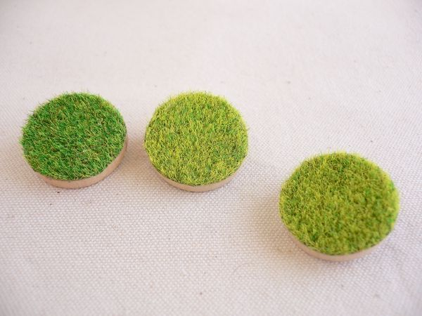 Mini brooch [three] of lawn